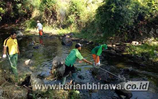 Dua Perusahaan dan Masyarakat Bersih-bersih Sungai Wangi
