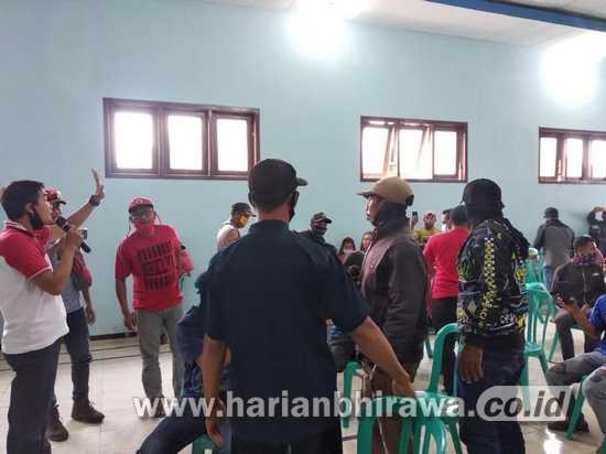Kades Ngenep Diduga Lakukan Asusila, Puluhan Warga Geruduk Kantor Desa