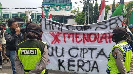 Tolak Omnibus Law, Mahasiswa Cipayung Plus Tabur Bunga di DPRD Jatim