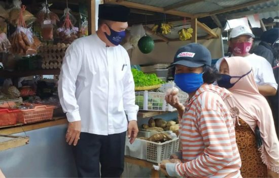 Cabup Sidoarjo BHS Ajak Warga Belanja di Pasar Krempyeng