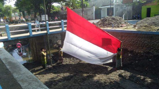 Peringati Hari Santri, Santri Jogo Kali Kibarkan Bendera di Kali Gude Jombang