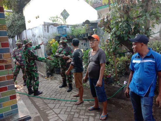 Anggota Koramil 0814/02 Diwek Gotong Royong Bersihkan Puing-puing Kebakaran