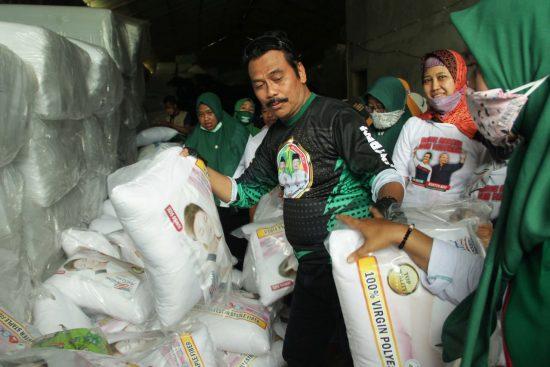 Cabup Gresik Dr Moh Qosim Kunjungi UMKM Bantal Guling dan Kasur Lipat