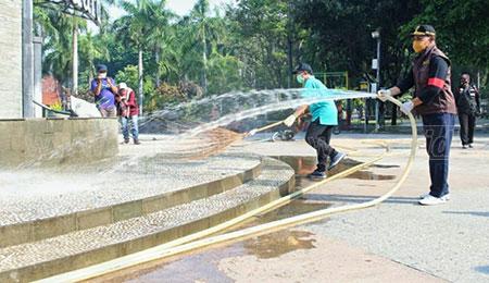 Tak Suka Kondisi Kotor, Bersihkan Monumen Jayandaru yang Lama Tak Pernah Dibersihkan
