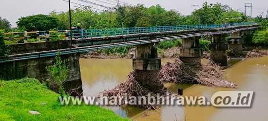Imbau Warga Tak Melewati Jembatan Patihan Kota Madiun, Dua Pilar Ambles