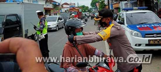 Polres Madiun Berikan Helm dan Masker Pengendara Sepeda Motor