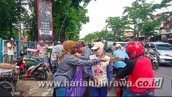 Demi Patuhi Prokes, Seribu Masker Dibagikan Gratis di Kabupaten Sampang