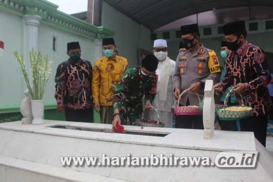 Pangdam V Brawijaya dan Kapolda Jatim Ziarah Ke Makam Mbah Wahab