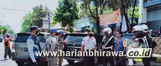 Cegah Pelanggaran, Petugas Tambah Papan Tarif Parkir dan Bina Jukir