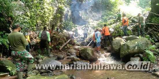 Mitigasi Bencana, Koramil 16/Pacet Bersama BKPH Bersihkan Sungai Dawuhan