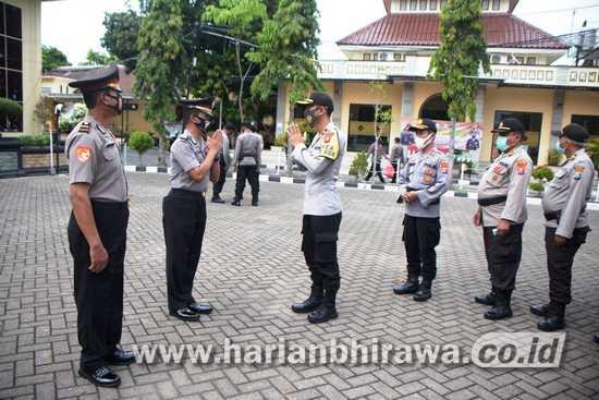 Berprestasi, Dua Polisi Mendapat Kenaikan Pangkat Pengabdian