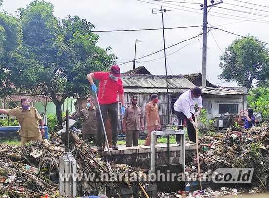 Wabup Nganjuk Bersihkan Sampah di Sungai Sambiroto