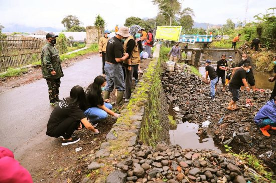 Gagal Gunakan Alat Berat , Pengerukan Sedimen Sungai di Kota Batu Dilakukan Manual