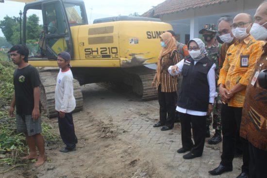 Bupati Mundjidah Pantau Pembersihan Sampah Dam Sipon Jombang