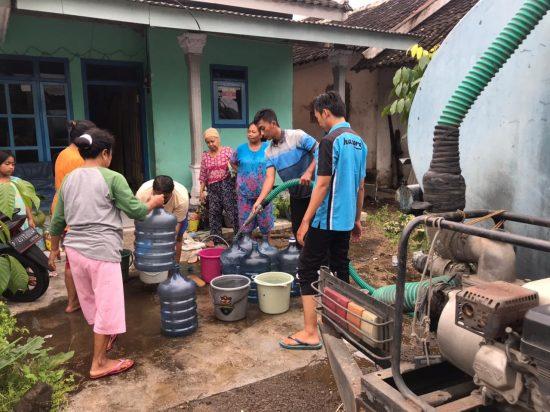 PWI – Perumdam Tirta Pendhalungan Jember Serahkan Bantuan Masyarakat Terdampak Banjir
