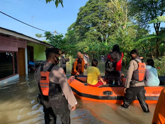 ASTUTI, Polres Bojonegoro Bersama BPBD Bantu Evakuasi Warga Terdampak Banjir