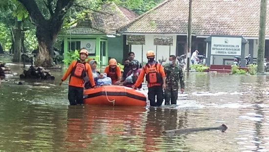 Danramil Bojonegoro Bersama Kades Sukorejo Pantau Penanganan Banjir di Wilayah