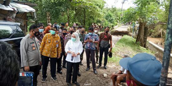 Danramil Dander Dampingi Bupati Bojonegoro Tinjau Banjir Desa Jatiblimbing