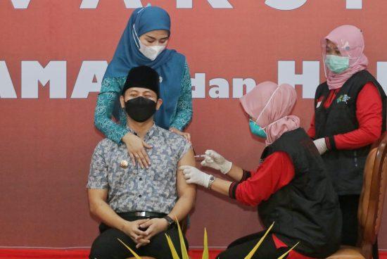 Bupati Trenggalek Didampingi Istri Tercinta Lakukan Vaksinasi Covid-19