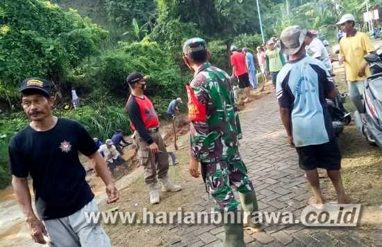 Koramil 0813-23/Kedewan Bojonegoro dan Warga Bersihkan Sampah