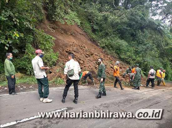Kodim 0815, BPBD dan Relawan Bersihkan Material Longsor Jalur Cangar-Kota Batu