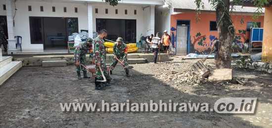 Koramil 0815/03 Sooko Bersama BPBD dan Relawan Bersihkan Fasum