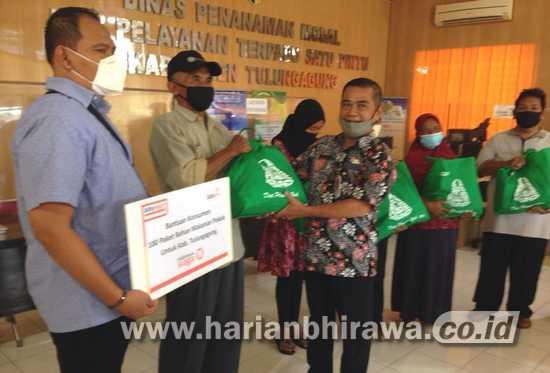 DPMPTSP Pemkab Tulungagung Salurkan 100 Sembako Bantuan Peritel