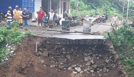 Diterjang Banjir, Jembatan Desa Kukusan Situbondo Putus