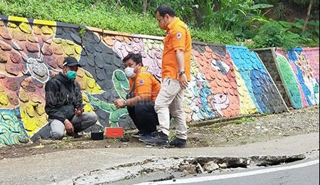 Retakan Tanah di Kawasan Payung Bahayakan Pengguna Jalan