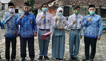 Guru dan Tiga Siswa SMKN 1 Tapen Raih Penghargaan dari Kemendikbud