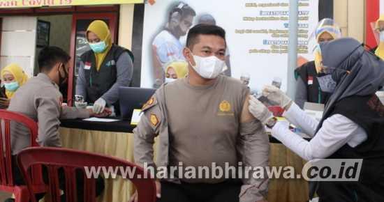 Ratusan Anggota Polres Sampang Melakukan Vaksinasi Covid-19