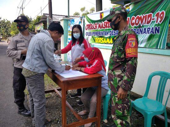 Babinsa Koramil 0814/03 Tembelang Jombang Bagikan Masker di Wilayah Binaan