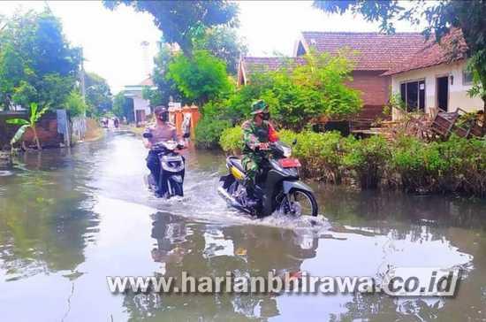 Babinsa Bandarkedungmulyo Patroli Pastikan Keamanan Warga Terdampak Banjir