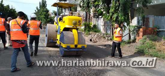 Bupati Karna Turun Tangan Perbaiki Jalan Rusak dan Berlubang