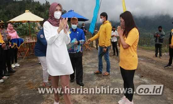 Bupati Probolinggo Tantri Serahkan 1.091 Sertifikat PTSL di Desa Sariwani