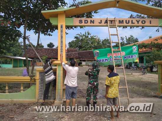 Di Kalongan Bojonegoro, Satgas TMMD Ke-110 Pasang Imbauan PPKM Mikro