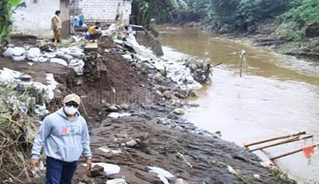 Diterjang Banjir, Warga Dringu Probolinggo Mengungsi