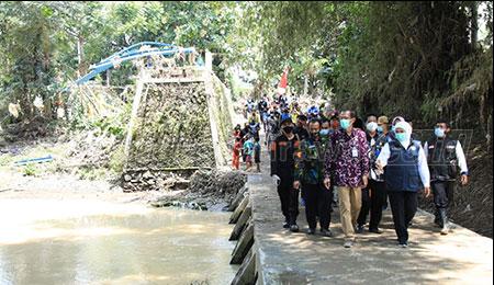 Gubernur Khofifah Tinjau Dampak Banjir Magetan