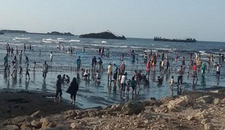 Penasaran Khasiat Air Laut Mayangan, Turis Asing Ikutan Berendam Air Laut