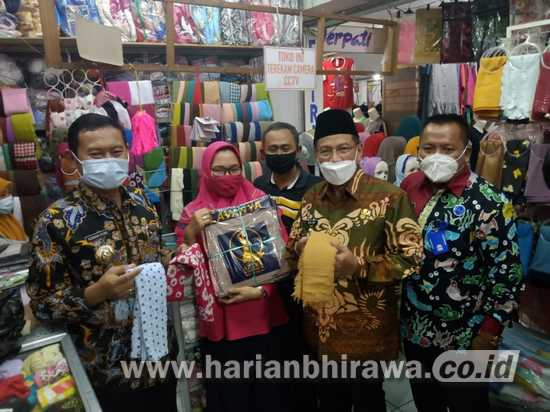Turun ke Pasar, Bupati Yuhronur Efendi: Ayo Beli Produk Lamongan