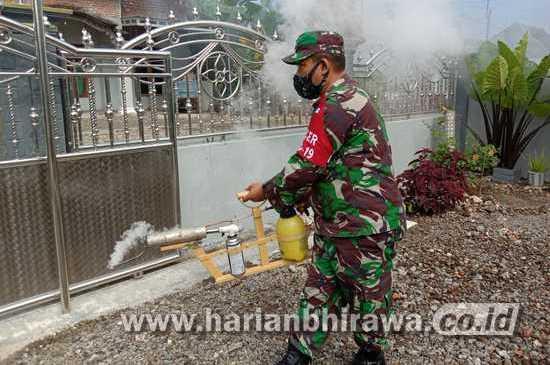 Babinsa Koramil 0812/05 Kedungmegarih Laksanakan Fogging di Desa Binaan