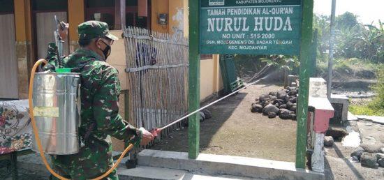 Pos Ramil Mojoanyar Dibantu Personel Pasmar 2 Semprotkan Disinfektan Fasum