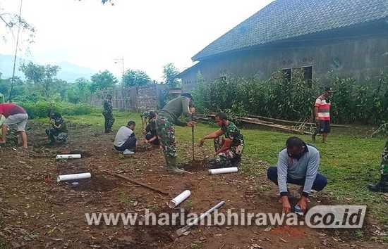 Koramil 0815/18 Gondang Warga Karya Bakti Pembuatan Lubang Biopori