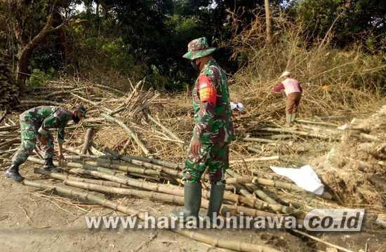 Babinsa Koramil 0814/09 Kudu Jombang Bersihkan Sampah Sungai Marmoyo