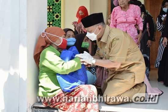 Bupati Situbondo Bagi Ribuan Paket Sembako, FKB Pertanyakan Asal Sumber Dana