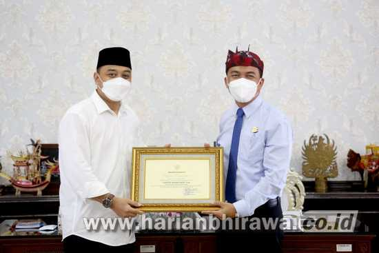 Wali Kota Eri Beri Penghargaan Jajaran Kejari Tanjung Perak