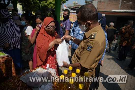 Wawali Kota Surabaya Tinjau Operasi Pasar di Balai RW