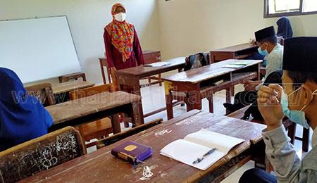 Peringati Hari Kartini, Guru MTsN 1 Jombang Mengajar Kenakan Pakaian Adat
