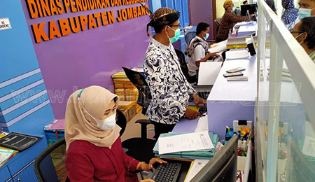 Peringati Hari Kartini, Pegawai Disdikbud Jombang Kenakan Pakaian Adat