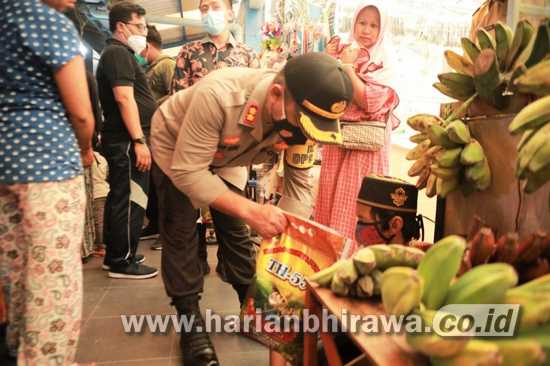 Kapolres Salurkan Bantuan Beras Kepada Pedagang Kecil di Pasar Mimbaan